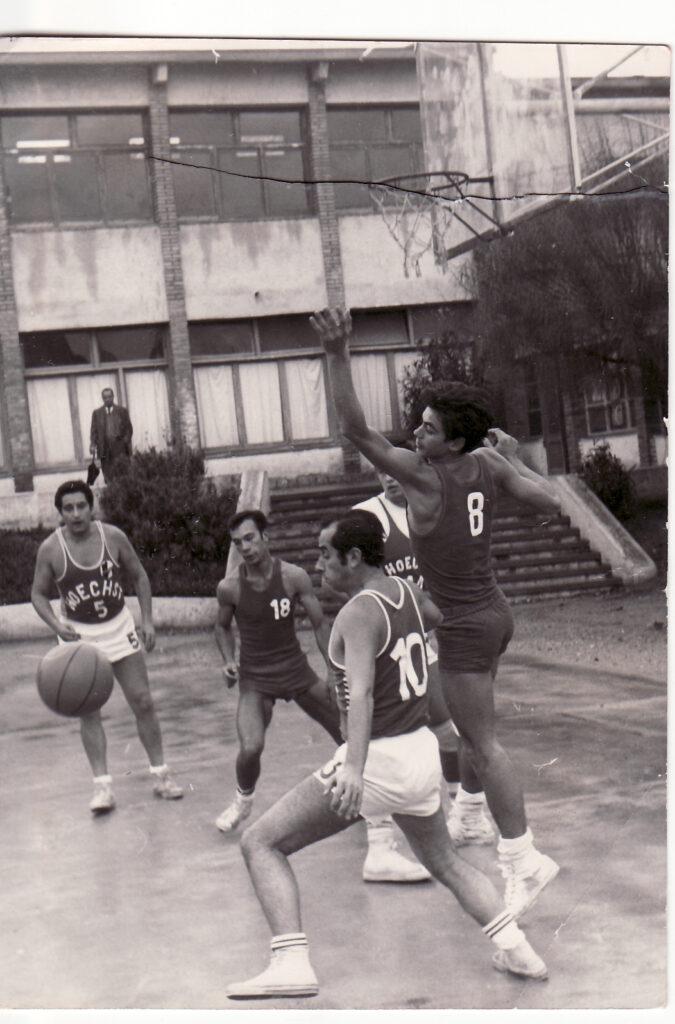 """El mes de setembre de 1957, es disputa el primer torneig internacional de bàsquet de Sitges, entre els equips """"Espanyol"""", l'equip alemany del """"Schwading"""", el """"Laietà"""" i l'equip, en aquells moments anomenat """"Sitges"""". El mes d'octubre de 1957 es funda el """"Club Bàsquet Sitges"""", participant com a tal entitat en la lliga del 1957-58, assolint en aquesta temporada l'ascens a la primera categoria regional. En la temporada 1958-59 es participa al campionat de Catalunya quedant sots campions, després de guanyar en un partit emocionantíssim que es tingué que decidir després de dues prorrogues, al primer classificat, el """"CB Canet de Mar"""", i assolint l'ascens a la Primera Divisió Nacional. Aquest mateix any, el 19 de març, s'inaugura la pista de les escoles Pies, enfrontant-se el """"CB Sitges"""" a l'equip """"USA Navy Saratoga"""", campió de la marina americana. A la temporada 1959-60 el """"Club Bàsquet Sitges"""" participa en el campionat de Primera Divisió Nacional. En aquest any es realitza la primera sortida internacional del CB Sitges, participant en el torneig internacional de Munich, guanyant-lo després d'enfrontar-se a l'equip francès """"de Franconville"""" i als equips alemanys de """"Schwaing"""" i """"Polizei"""", sense perdre cap dels partits."""